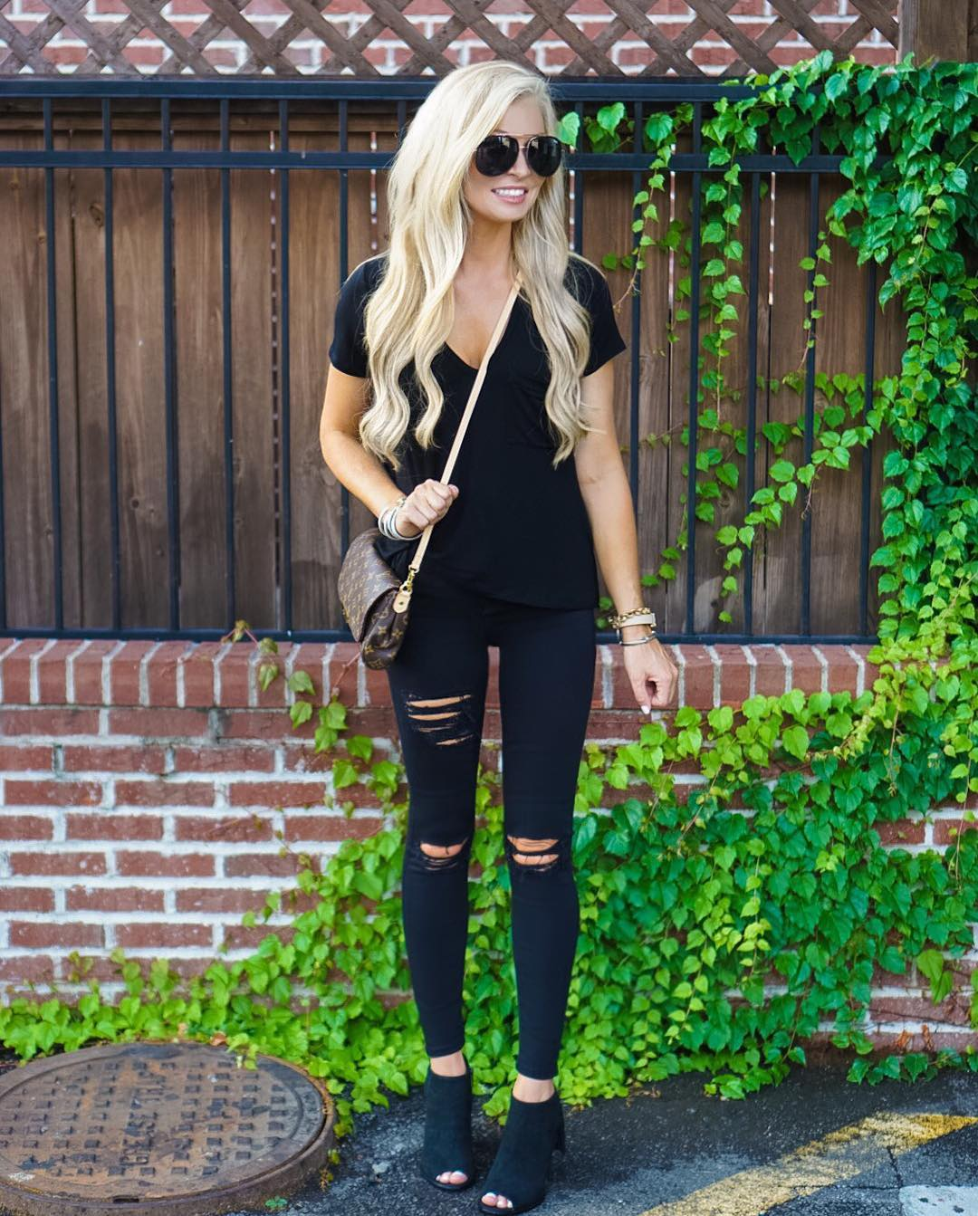 Out in all black for chips and guac! ✌️ #rippedjeansarelife http://liketk.it/2p1Wy #saturdaze #ootd #wiw